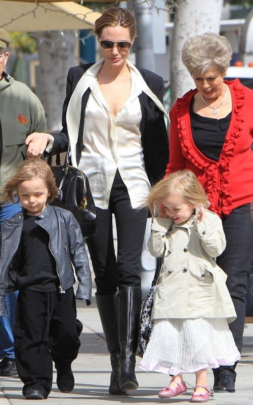 Foto: Angelina Jolie, la plimbare cu gemenii şi soacra Jane