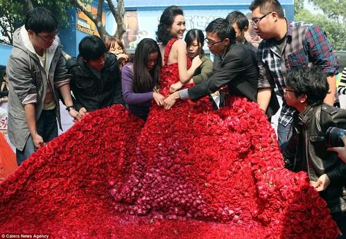 Rochia din 9999 de trandafiri adevăraţi