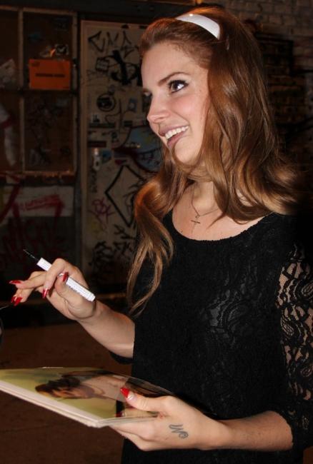 Lana del Rey lansează o nouă modă: unghiile ascuţite şi extrem de lungi