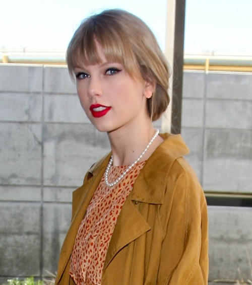 Taylor Swift, îmbrăcată elegant sau bătrâneşte? Tu ce zici?