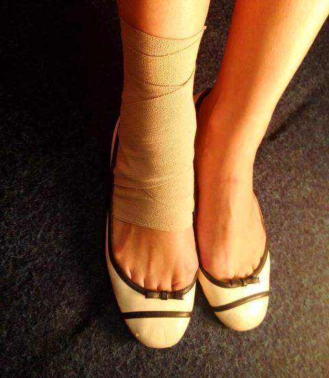 Poze: Andreea Raicu cu piciorul bandajat, de Paşte