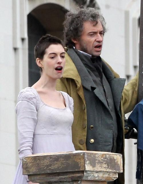 Foto: Anne Hathaway s-a tuns scurt şi îi stă oribil!