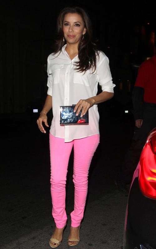 Ghid de stil: cum asortezi inspirat jeanşii roz neon