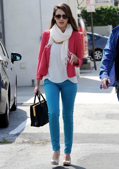 Foto: Jessica Alba, superbă într-o ţinută casual color blocking