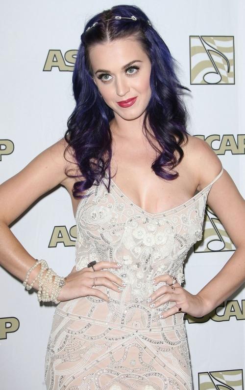 Katy Perry, probleme cu rochia şi zgâriată pe sâni!