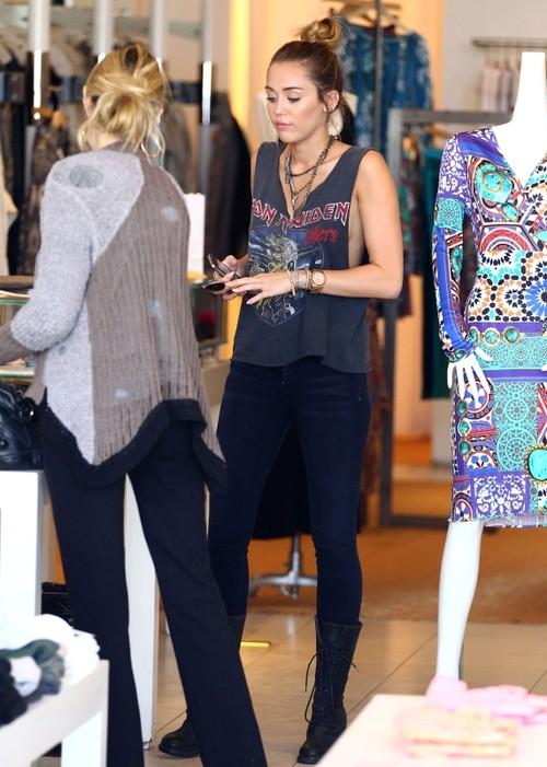 Miley Cyrus, cu sânii dezgoliţi la cumpărături. Prea îndrăzneaţă?