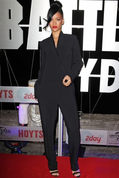 Rihanna, sexy şi stilată într-o salopetă neagră