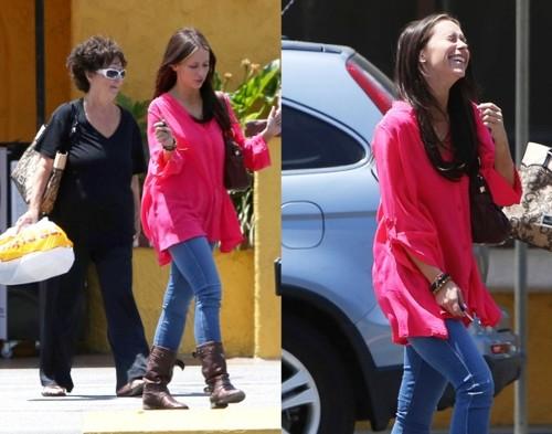 Jennifer Love Hewitt a ieşit cu mămica la plimbare, nemachiată