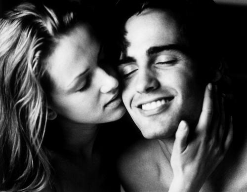 Sex: 3 tipuri de săruturi erotice care îl înnebunesc