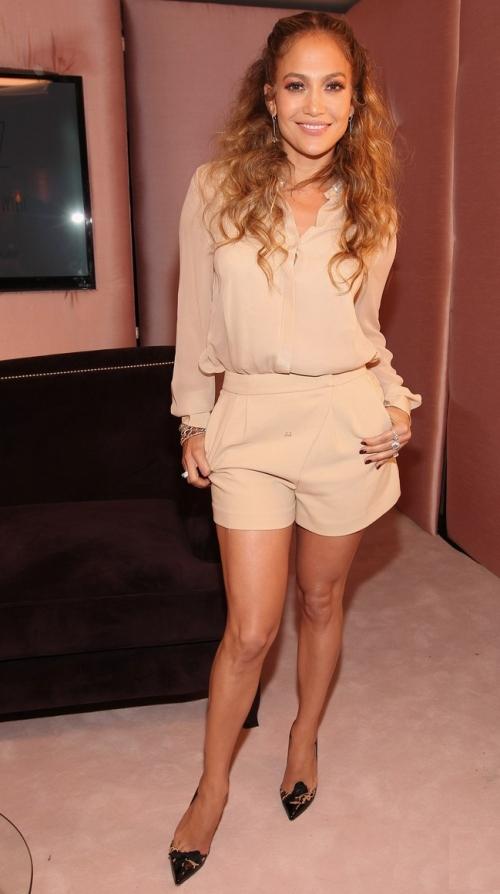 Stil: Jennifer Lopez, superbă într-o ţinută all nude. Uite cum să te îmbraci la fel!