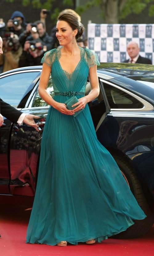 Foto: Lecţie de stil. Kate Middleton, două ţinute superbe în culori asemănătoare