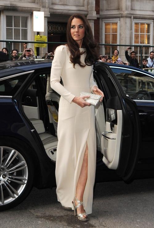 Foto: Vezi ce divă a purtat o rochie de seară cu crăpătură foarte adâncă