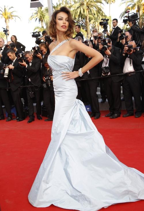 Cannes 2012: Mădălina Ghenea, strălucitoare pe covorul roşu! Ce sexy e!