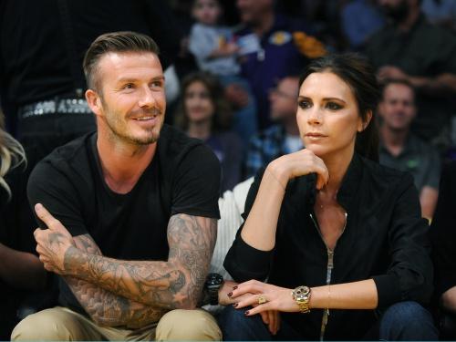 Foto: Victoria şi David Beckham, sărut ca între adolescenţi la un meci de basket