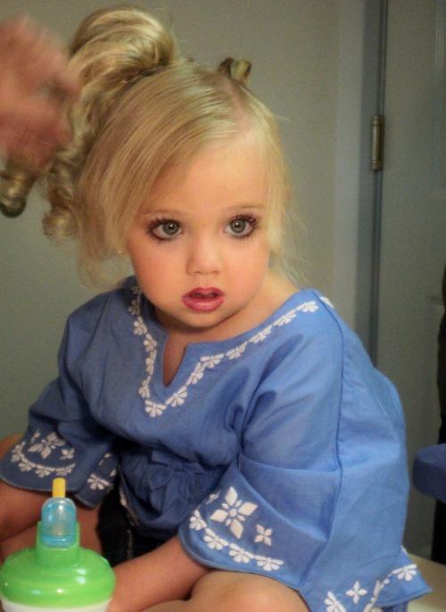 Şocant! Fetiţă de 2 ani dusă la solar de mama obsedată de perfecţiune