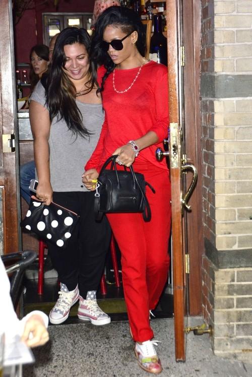 Foto: Rihanna, slabă băţ şi roşie din cap până în picioare