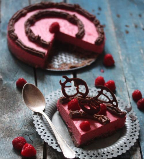 Reţete raw: Tort cioco zmeură fără foc