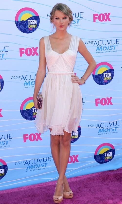Taylor Swift, minunată într-o rochie Maria Lucia Hohan! Îţi place?