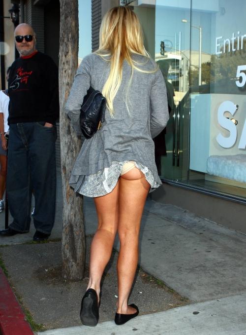 E penibilă! Lindsay Lohan, indecentă cu chiloţii şi sânii la vedere