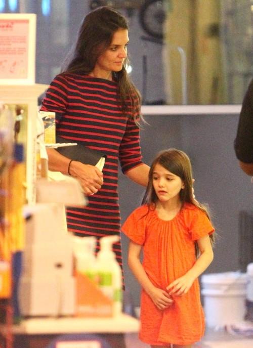 Foto: Katie Holmes îşi face fetiţa să sufere. Află de ce plânge Suri!