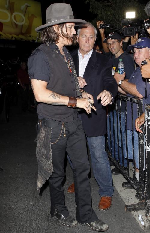 Îi prieşte burlăcia. Johnny Depp petrece cu admiratoarele