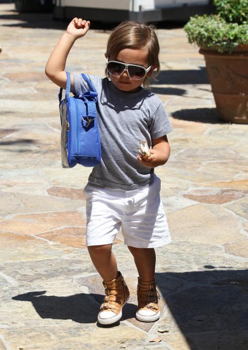 Foto: Kim Kardashian şi nepoţelul Mason la plimbare