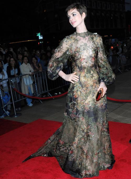 Ghiceşte vedeta: Cine e actriţa care s-a îmbrăcat în..toamnă?
