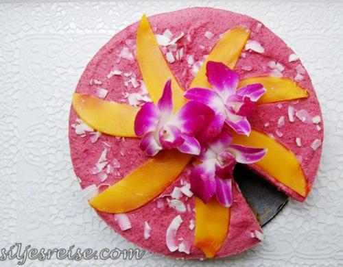 Reţete raw: Tort de fructe de pădure cu mango şi cocos fără foc