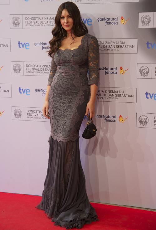 Wow! Uite ce rochie frumoasă poartă Monica Belucci
