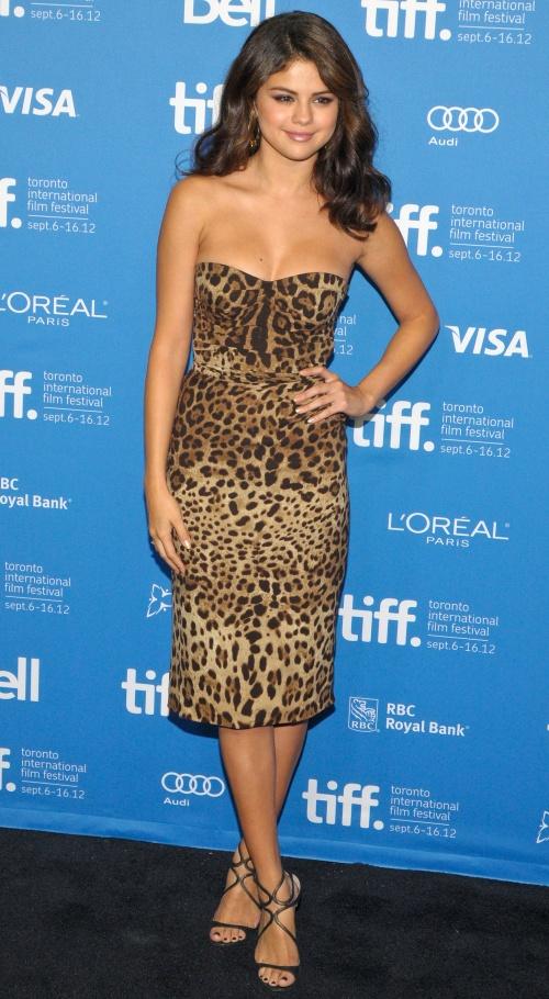 Wow! Selena Gomez poartă rochii absolut superbe. Care îţi place?