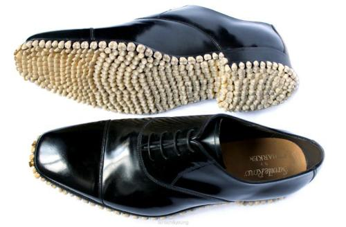 Şocant: Pantofi făcuţi din dinţi umani. Nu-i aşa că sunt oribili?