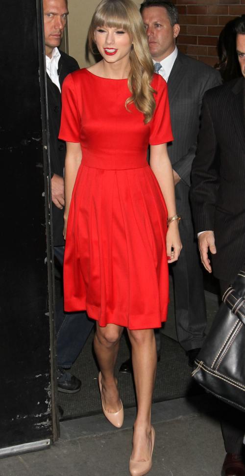 Wow! Taylor Swift îşi promovează noul album. Nu-i aşa că e sexy în rochie roşie?