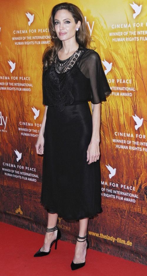 Angelina Jolie, ridicol de slabă şi obsedată de haine negre. Îţi place?