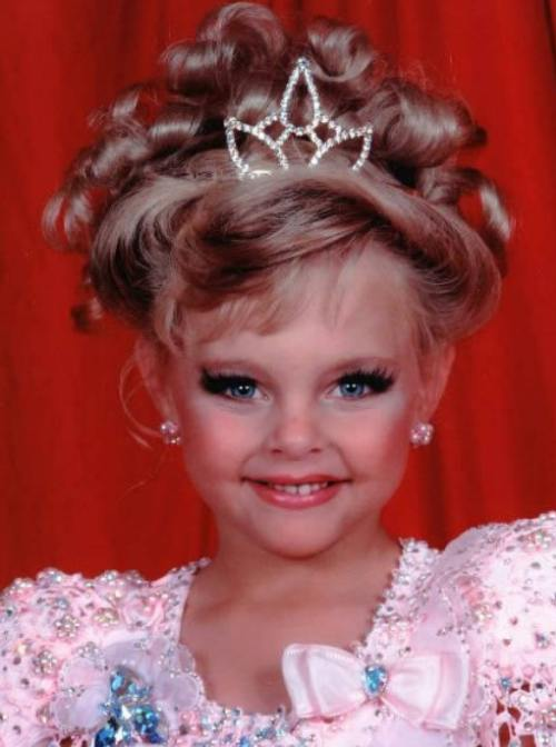 Scandalos: Fetiţe chinuite. Injecţii cu botox şi bronz artificial