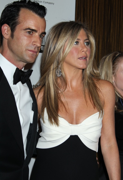 Jennifer Aniston şi Mariah Carey în rochii identice. Care e mai sexy?