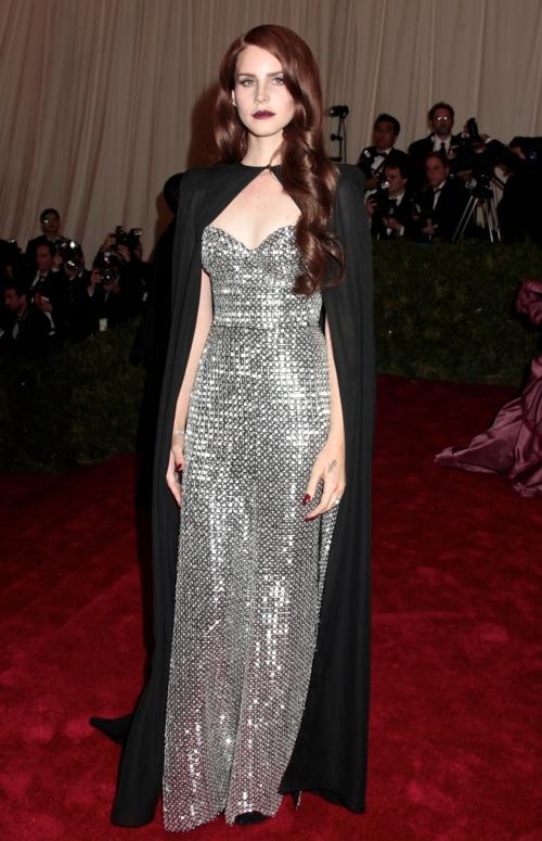 Lana Del Rey, noua revelaţie a muzicii. Uite ce chic se îmbracă!