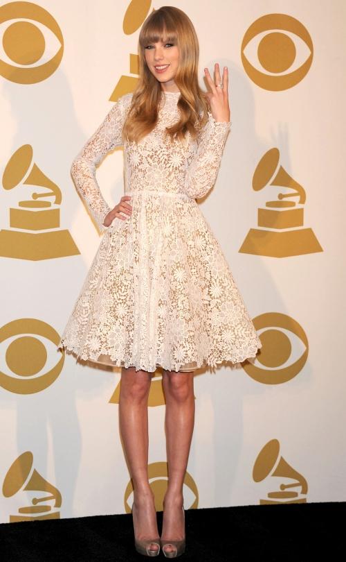 Stil de vedetă: Taylor Swift, o tânără care ştie să se îmbrace elegant! Îţi place?