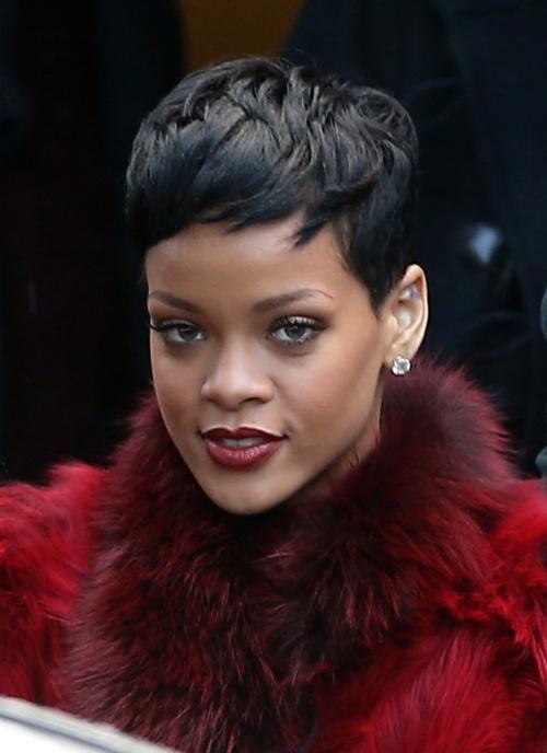 WOW! Rihanna, dependentă de peruci şi meşe! Uite cum şi-a tuns părul!