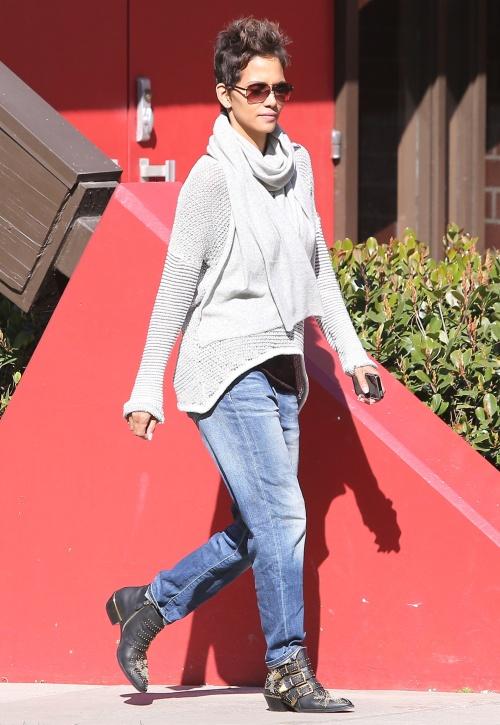 Stil de vedetă: Învaţă să te îmbraci lejer, dar cool, la fel ca Halle Berry!