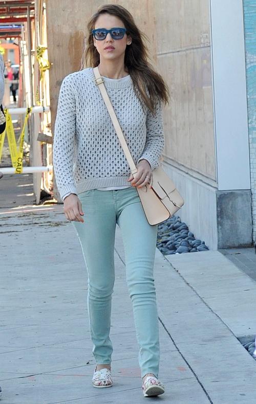 Modă: Învaţă de la Jessica Alba cum să porţi pantaloni primăvara asta