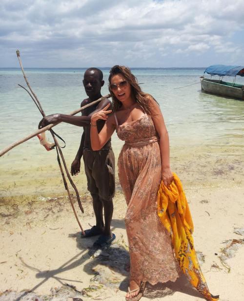 VEDETE: Uite pe unde a ajuns Ana Lesko! Îşi face reclamă în Africa