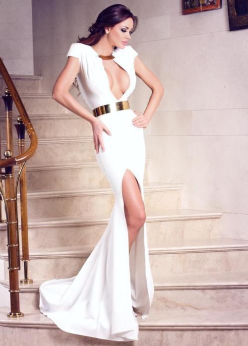 Wow! Bianca Drăguşanu, superbă într-o rochie albă, super decoltată