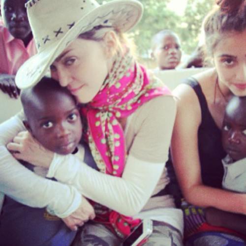 Ghiceşte vedeta: Cine este celebritatea care ajută copiii din Malawi?