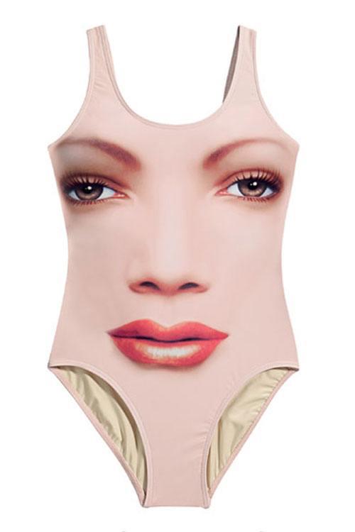 Oribil: Nicki Minaj, intr-un costum de baie cu imprimeu urât. Ai purta aşa ceva la vară?