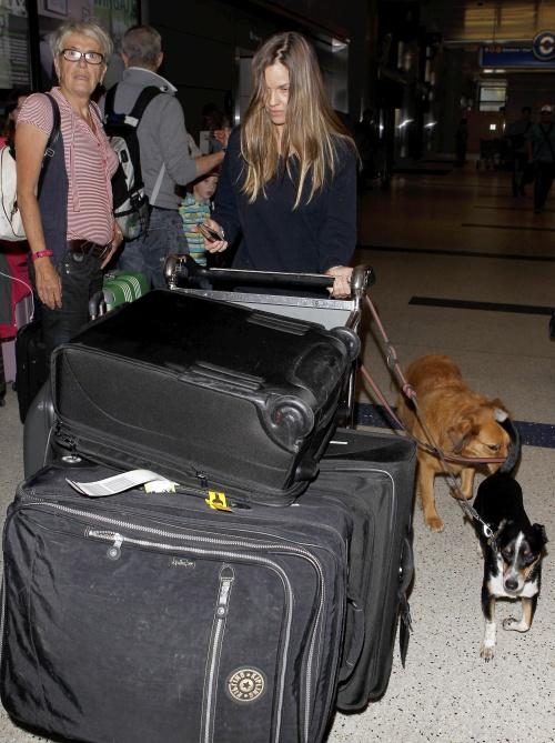 FOTO: Ce vedetă are o ţinută oribilă şi arată groaznic pe aeroport