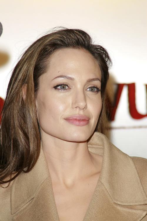 Vrei buze ca ale Angelinei Jolie? Iată ce trebuie să faci!