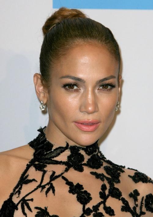TUTORIAL VIDEO: Cel mai sexy machiaj pentru pielea bronzată! O să arăţi ca Jennifer Lopez!