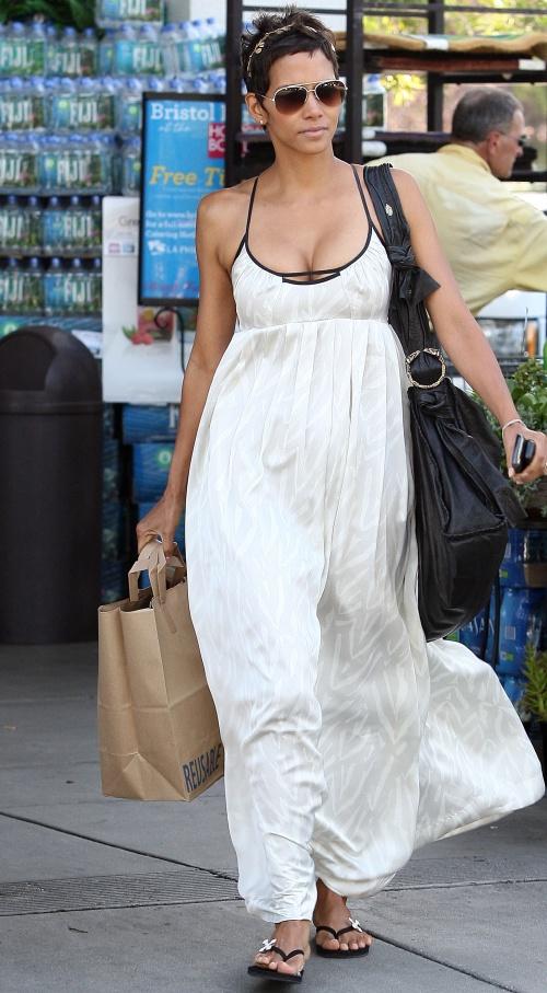 Rochia maxi, atât de comodă şi trendy! Uite care sunt modelele chic pentru vară!