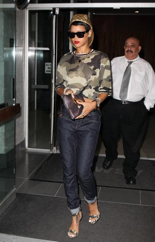 Rihanna, clutch cu Sfânta Maria şi haine din colecţia proprie. Îţi place combinaţia?