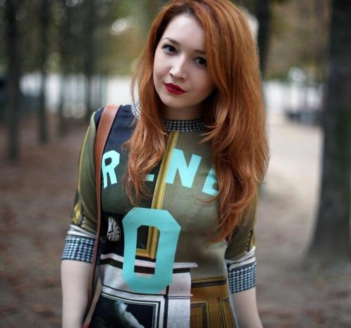 Ţinută de toamnă: Ioana te învaţă cum să porţi chic o rochie cu imprimeu